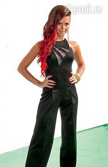 Нюша с красными волосами
