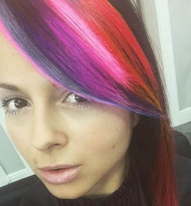 Нюша с разноцветными волосами.